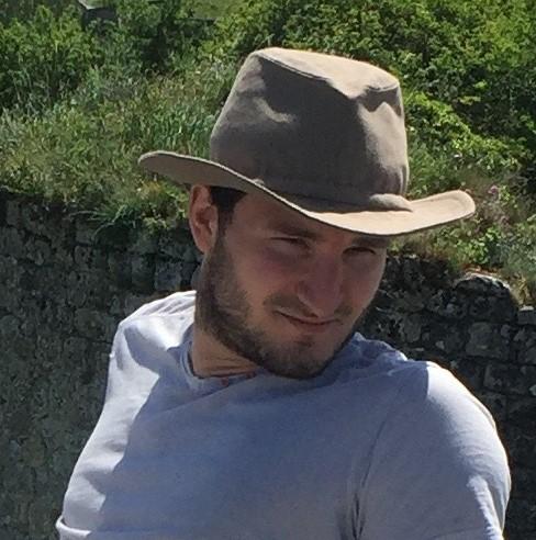 Alex présente le chapeau voyageur