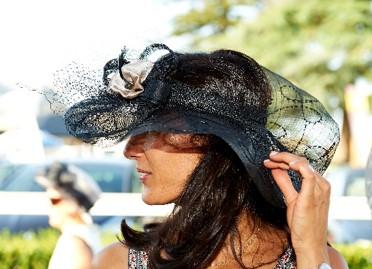 invitée à un mariage avec chapeau?