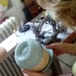 Mary Colibri sur sa machine à paille